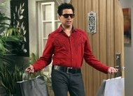 Alan renova o visual: vídeos do episódio 10x22 de Two and a Half Men