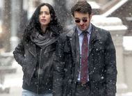 Os Defensores: Demolidor e Jessica Jones conversam no meio da neve em fotos do set